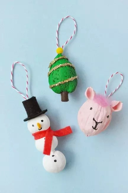 The shell from walnut is easily turning ... In a snowman, a deer face, a bunny, a mouse or an exotic fruit. Macaroni, paints, ribbons, beads and buttons take into service!