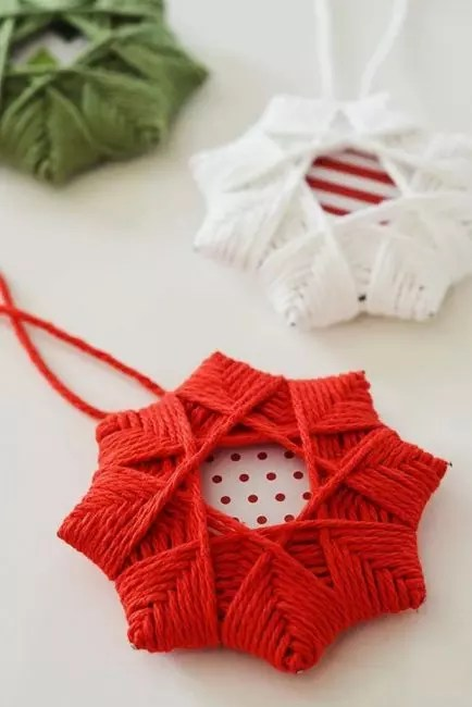 Beautiful greeting card as the basis and winding out of yarn - so it turns out the Christmas star!