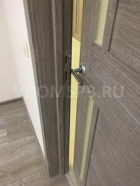 Dörr med grå eko-klon under golvbeläggning