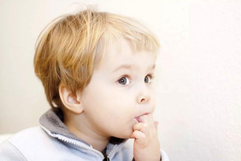 Отучать ли ребёнка от привычки сосать палец