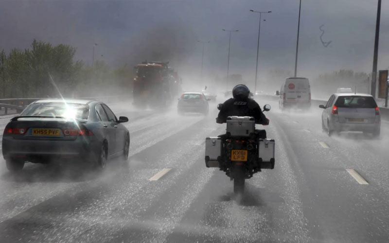 הסוואה בתנועה אופנוע בגשם הראשון