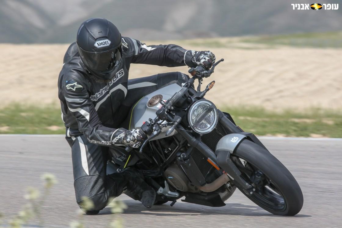 צילום: רונן טופלברג. הוסקוורנה 701 ויטפילן. עם האופנוע על המסלול