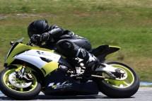 על אופנוע מרוץ במסלול ביוון