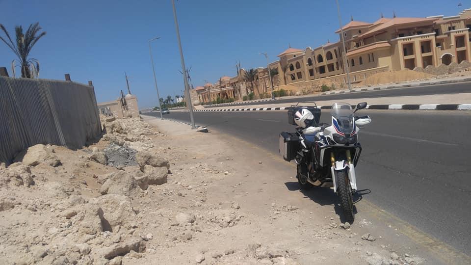 עם האופנוע במצרים