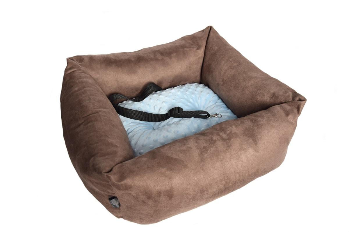 KryKas-fotelik-premium-samochodowy-dla-psa-brązowe-alicante-niebieska-poduszka-minky
