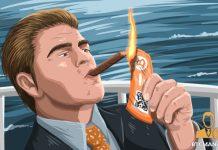 bitcoin, bohaty clovek si zapaluje cigaretu bitcoin bankovkou