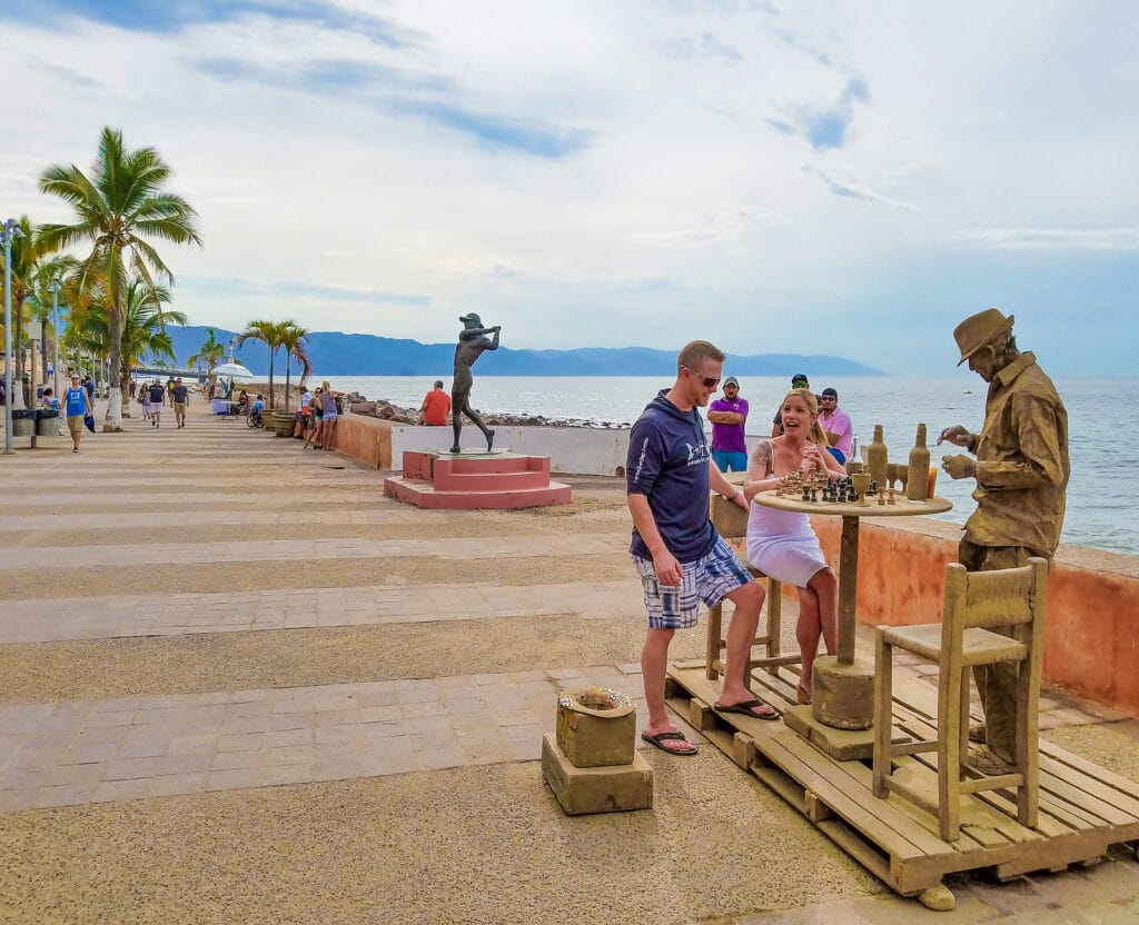 Local performers entertain tourists on Malecon, Krystal International Vacation Club