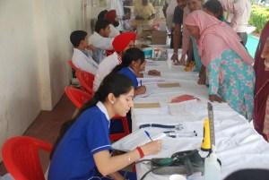 Ärzte, Krankenschwestern und weitere Helfer bei einem Camp 2013
