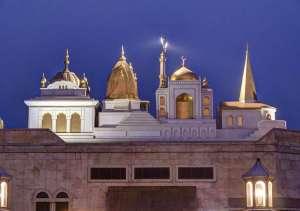 Gurdwara, Tempel, Moschee, Kirche - 4 Formen einträchtig nebeneinander, in Kirpal Sagar