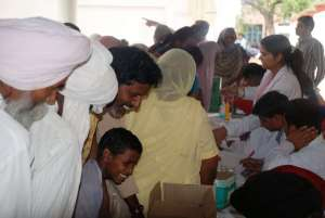 Medical Camp 2013: Warteschlange vor einem Untersuchungstisch