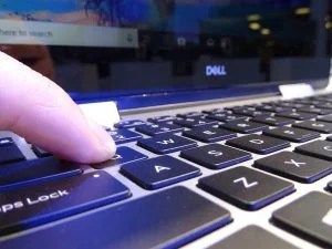 Закройте клавиатуру Dell Inspiron 14 5000 (5482).