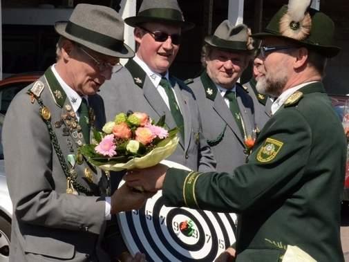Peter Grimm, Vorsitzender des Wallstawer Schützenvereins (rechts), gratulierte dem neuen König Georg Pijan (von links) und dem Kronprinzen Thomas Höppner. Foto: Anke Pelczarski VOLKSSTIMME