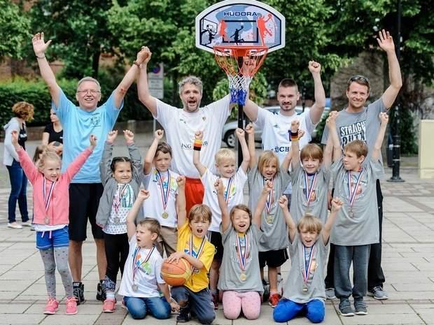 Nach der Siegerehrung stellten sich die Kinder der U8 und der U6 zu einem Foto mit ihren Betreuern und Trainern unter dem Korb auf. Foto: Thomas Koepke VOLKSSTIMME