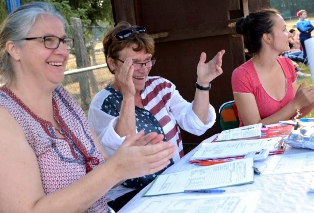Preisrichterin Gabriele Eickmeyer (Mitte) und die Schreiber Nicole Hoffmann (links) und Helen Benecke applaudierten den Akteuren.