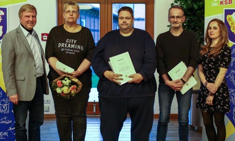 Solveig Holle (Zweite von links), Torsten Noffz (Mitte) und Peter Thürmann (Zweiter von rechts) erhielten die LSB-Ehrennadeln in Bronze.