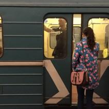 Bunte Frau in der Metro