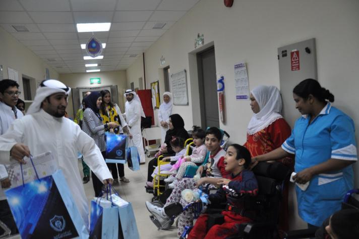 لجنة العلاقات العامة بجمعية المهندسين زارت اطفال الطب الطبيعي ووزعت هدايا العيد عليهم