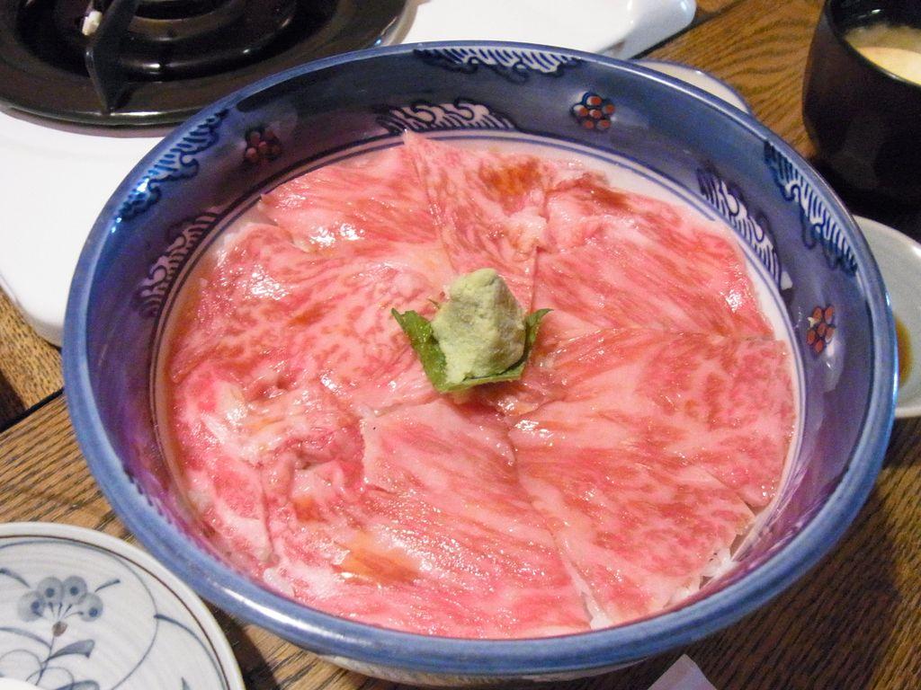 富良野に来たら食べなきゃ損!魅惑とろけるローストビーフ丼の店『くまげら』を大紹介!