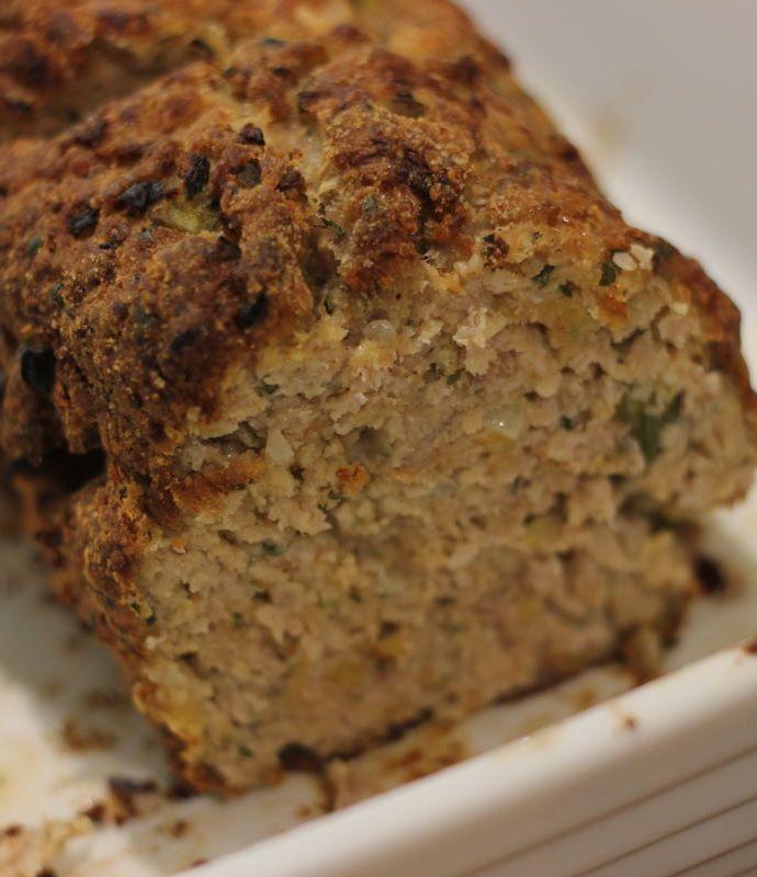 Hackbraten – pieczeń z mięsa mielonego i jajka z dodatkiem bułki i dużej ilości czosnku