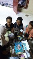 Gambar 4. Anak-anak sedang menyusun puzzle dan mengenal biota laut di Yayasan Girlan Nusantara.