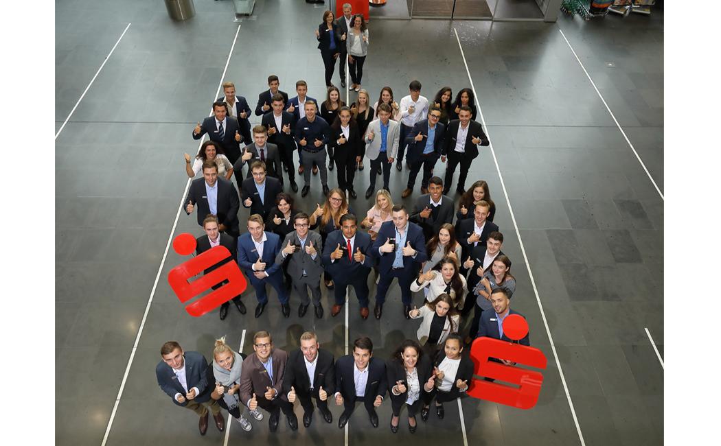 Die 41 neuen Azubis der Kreissparkasse mit den Ausbilderinnen sowie Vorstand Peter Waßmann