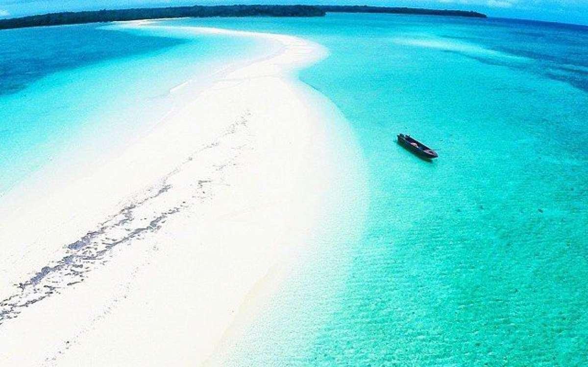 Pantai Ngurtafur Maluku Nikmati Berjalan di Pasir Putih