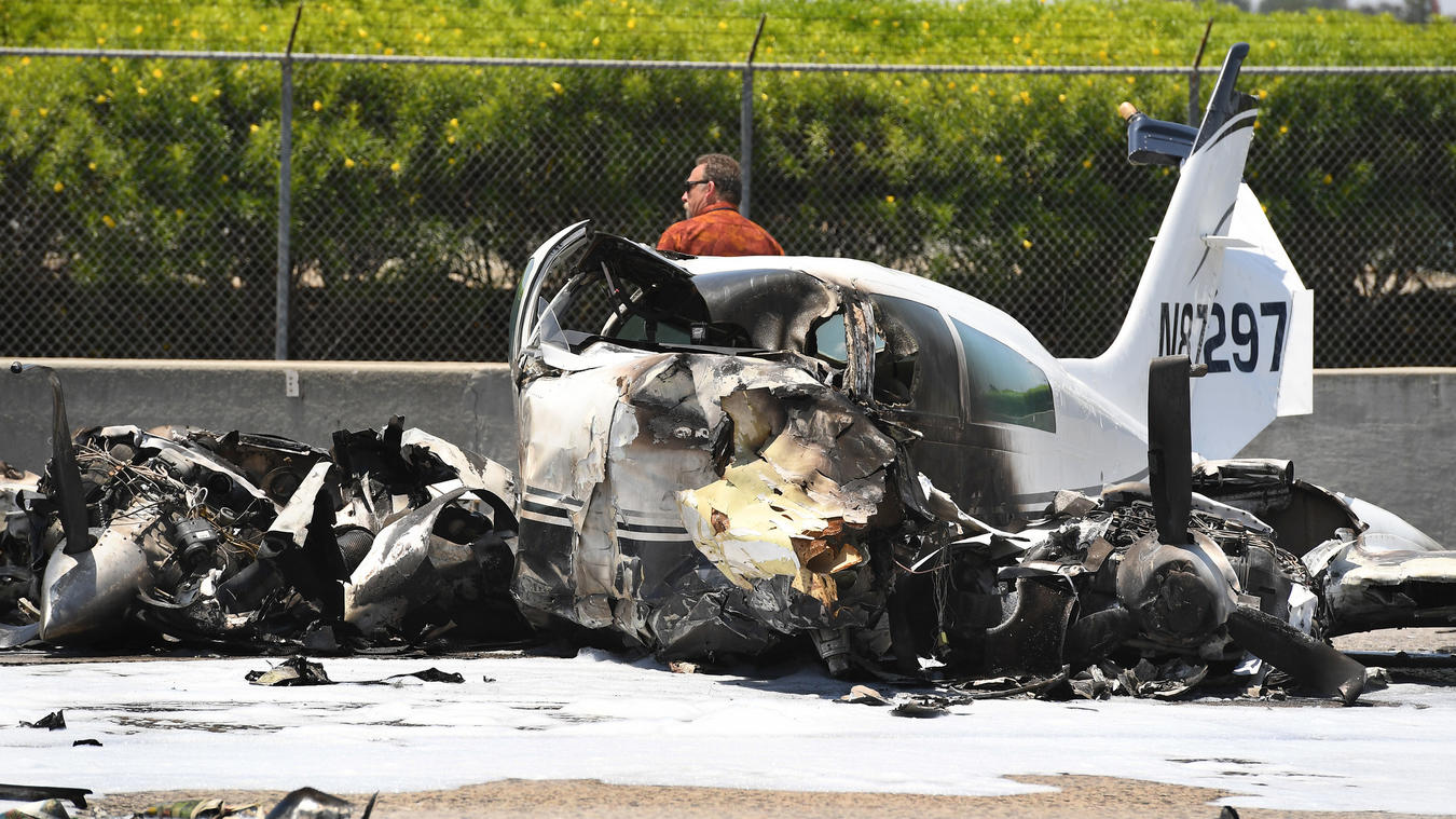 Investigators at the scene of a small plane crash on the southbound 405 Freeway. (Credit: Wally Skalij / Los Angeles Times)