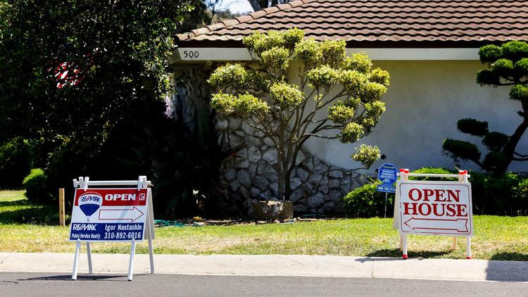 Open house signs are seen on display in Torrance in 2016. (Credit: Jay L. Clendenin / Los Angeles Times)