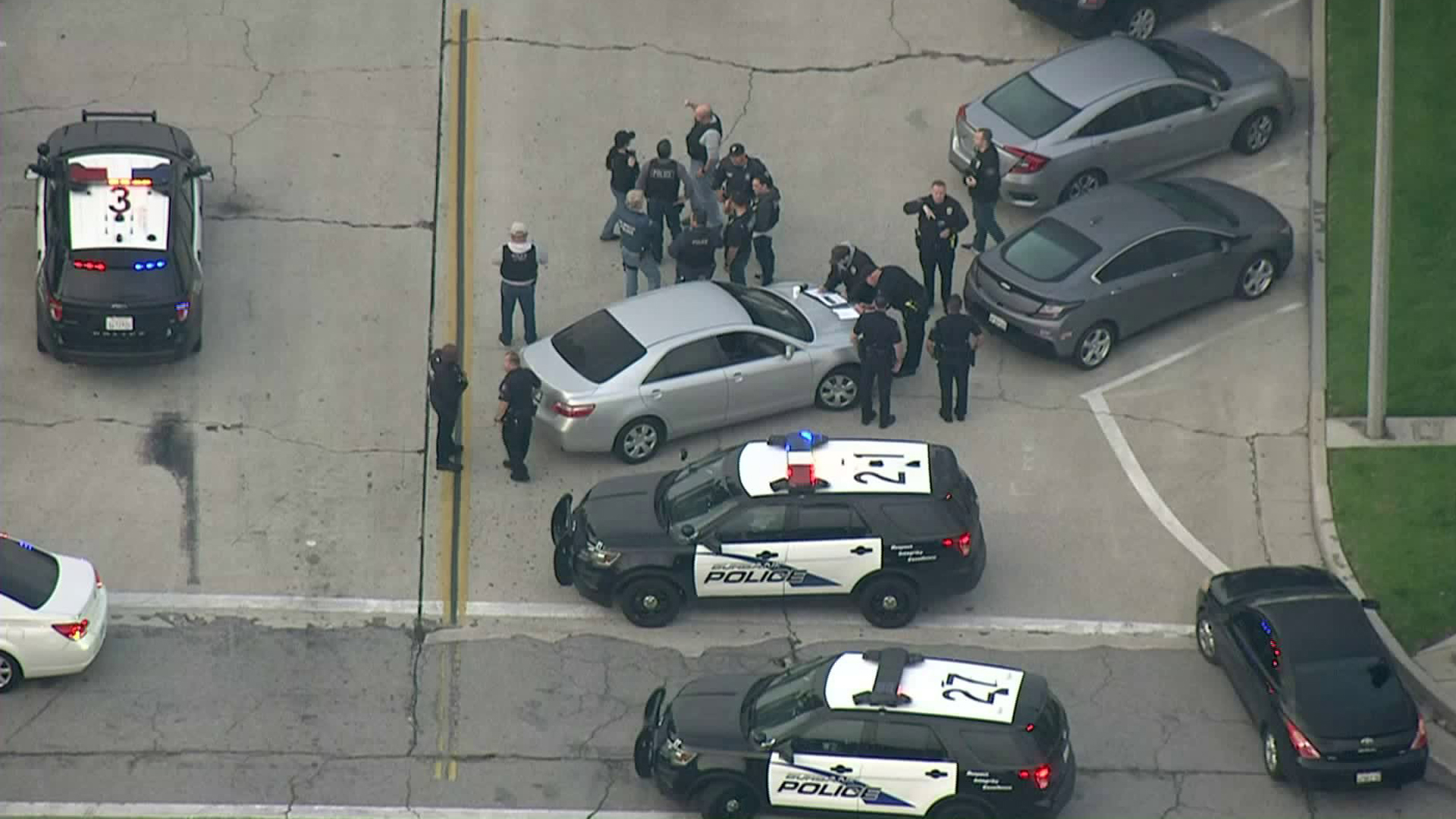 Police search for a wanted man in Burbank on Jan. 30, 2019. (Credit: KTLA)