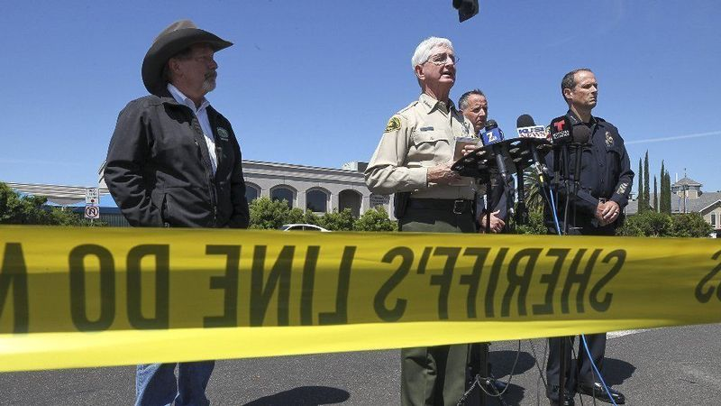 Poway Mayor Steve Vaus, left, joins San Diego County Sheriff Bill Gore at a news conference after Saturday's deadly shooting at a synagogue in Poway. (Credit: Hayne Palmour IV/Los Angeles Times)