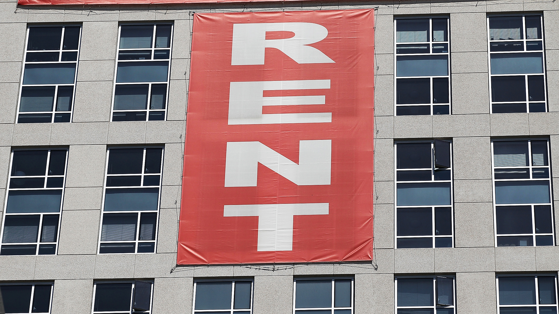 "A large ""rent"" banner is posted on the side of an apartment building on June 15, 2012 in San Francisco, California. (Credit: Justin Sullivan/Getty Images)"