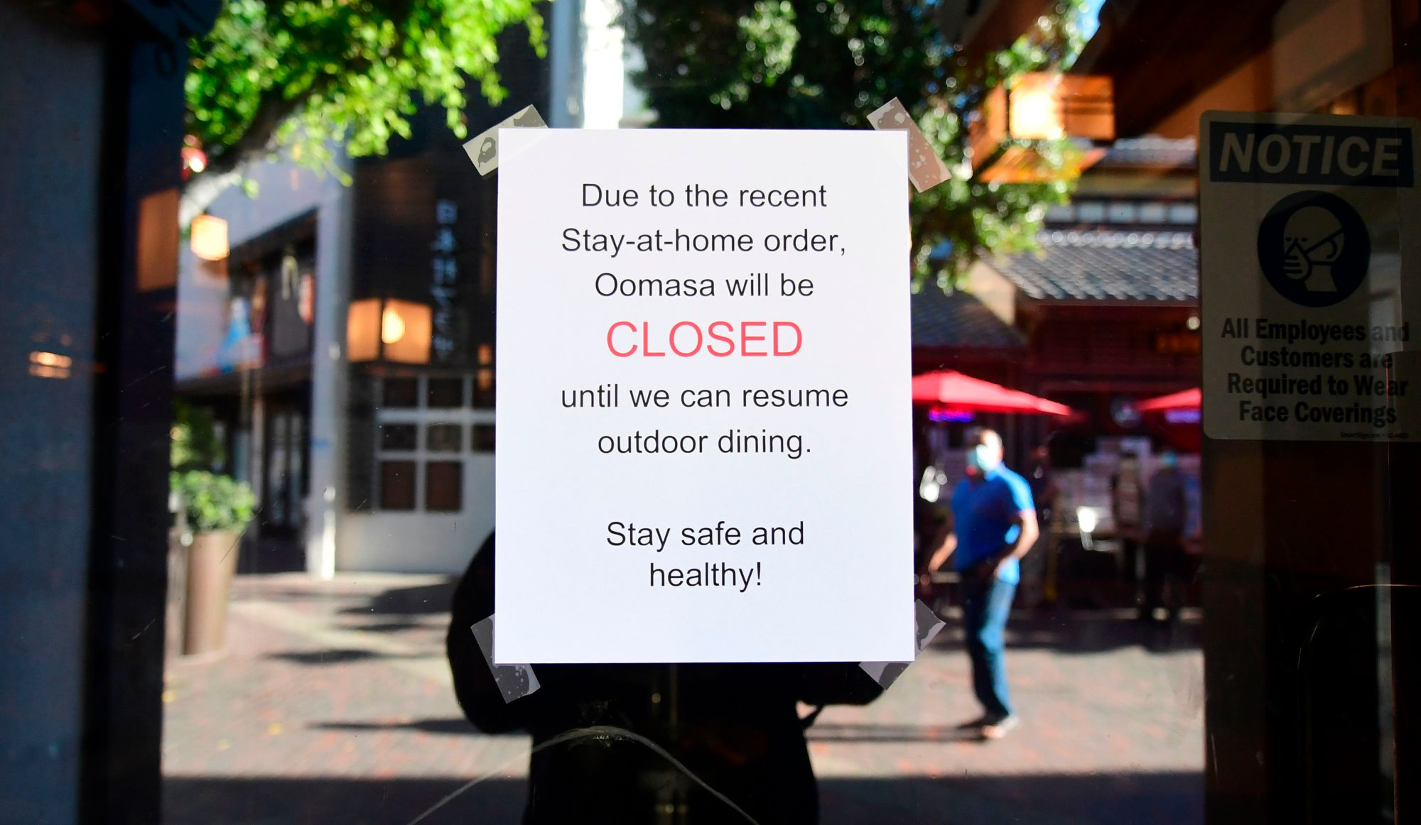 A restaurant announces its closure due to a more restrictive stay-at-home order in Los Angeles on Dec. 1, 2020. (FREDERIC J. BROWN/AFP via Getty Images)