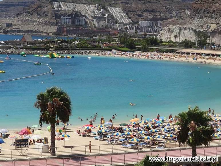 Woda na plaży w Puerto Rico - dość czysta, choć nie tak bardzo jak na innej Wyspie Kanaryjskiej - na Fuerteventurze.
