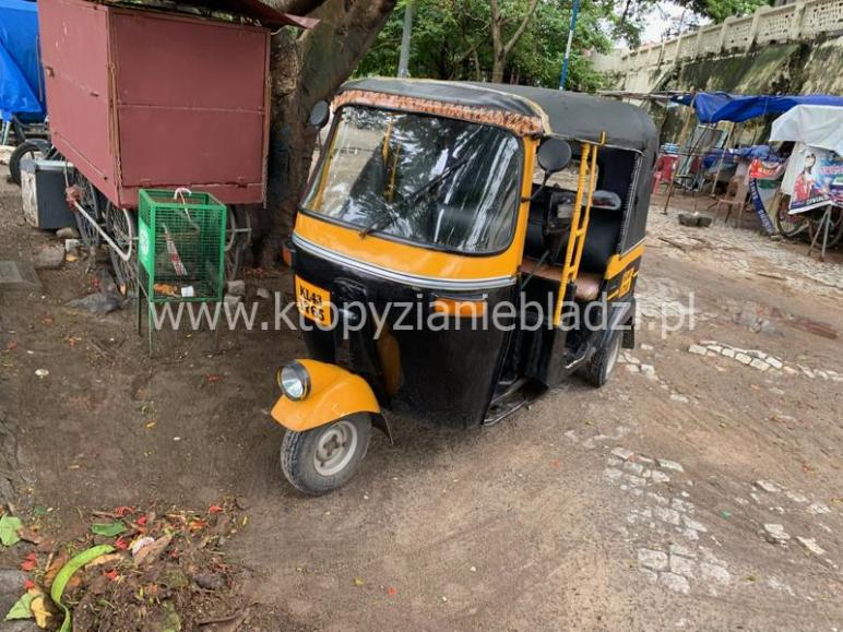 Tuk tuk (albo riksza). Bardzo popularny środek transportu w Indiach.
