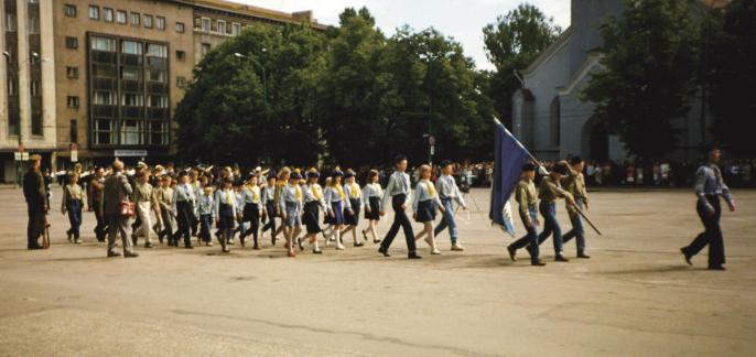 Tallinna kodutütred Võidupüha paraadil Tallinnas võidupühal 23. juunil 1993.