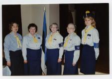 Esimesest üleriigilisest Kodutütarde laagrist Petsakul 1994. aastal osavõtnud KT Tallinna ringkonna juhid (vasakult): Virve Evart ,Valve-Regina Liivar, Kodutütarde peavanem Maret Lepik, ?? ja Kaidi Liive.