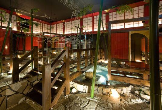 下流の池の前には宴会場と個室群を仕切る全面鏡張りの巨大な防音壁があり、そこには寺院の線画が描かれています