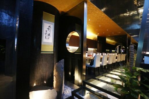 006ガラス階段下より寿司カウンターを見る