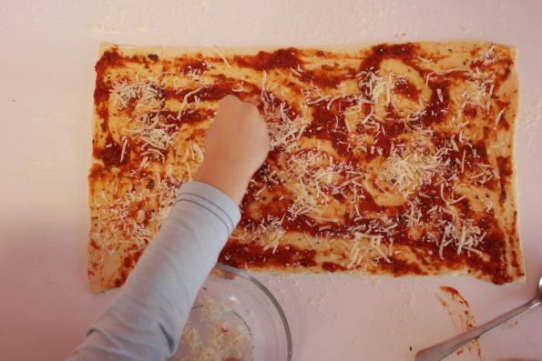 Kochen mit Kindern, Pizzastangen, Pizza, einfach, schnell, lecker, mitbringsel, Partyessen, Kindergeburtstag, Grillen, Grillfest, Feier, Geburtstag, Italienisch Essen, Kinder, Küche, Mithelfen, Kinder helfen kochen, Rezept, Rezept für Kinder
