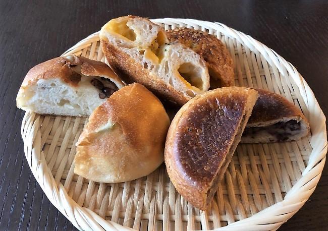 『rebake(リベイク)』で購入したベーカリーカルテットのロスパンを朝食に食べる。