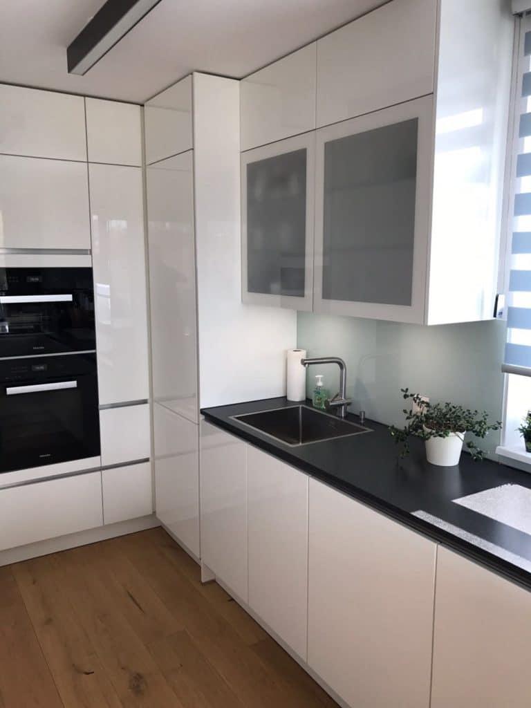 Schwarze Arbeitsplatte Weiße Küche  Eine Große Moderne Küche Für