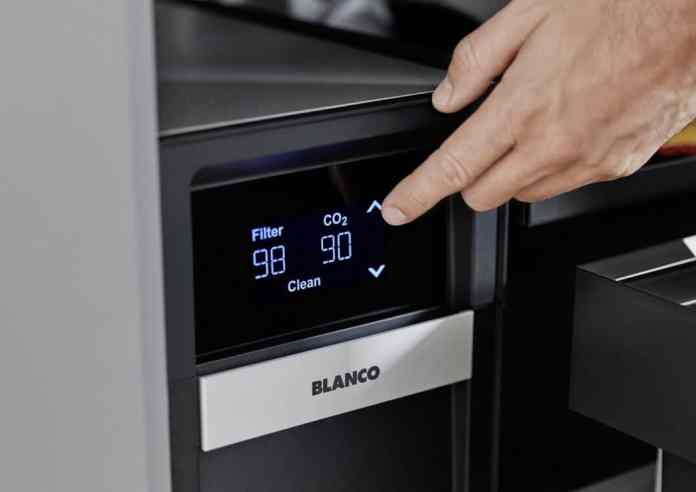 An elegant solution: the clear digital display on the touch display in the base cabinet shows remaining capacities in good time.  (Photo: BLANCO)