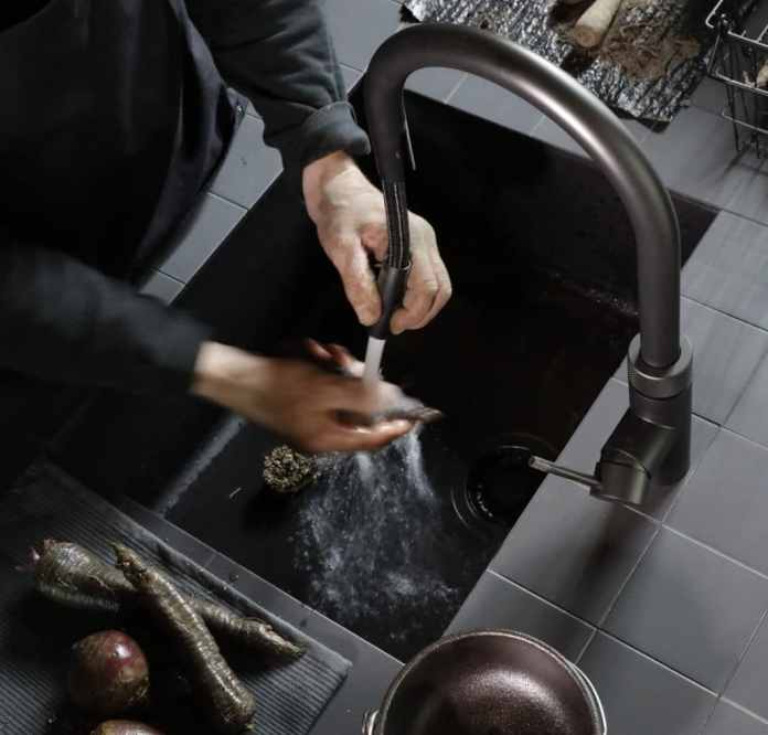 Like many other well-known kitchen manufacturers, the Dutch fittings manufacturer QUOOKER has released several models in black - here the Flex model.  (Photo: Quooker)