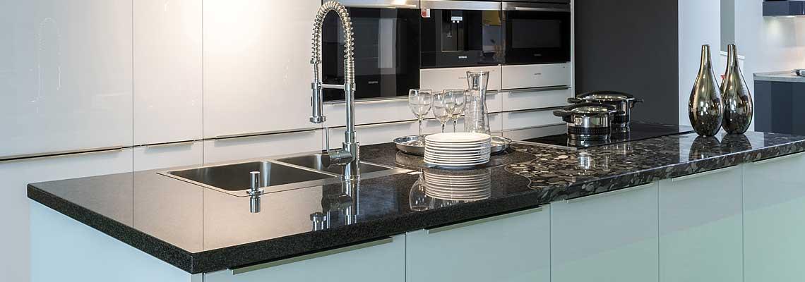 naturstein spüle küche  grifflose wohnküche in schwarz