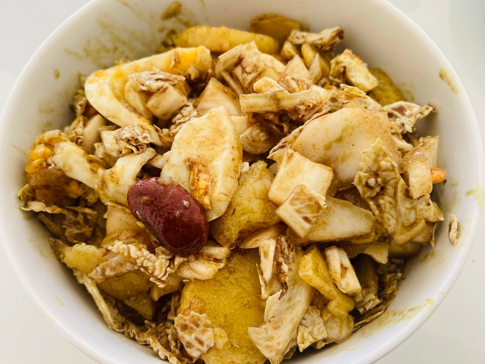 Chinakohl-Salat mit warmen Kartoffeln, Ei und Käferbohnen