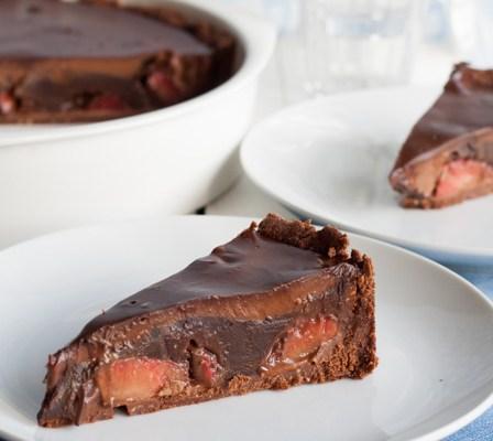 Nepečeni čokoladni kolač sa jagodama / No bake chocolate cake with strawberries