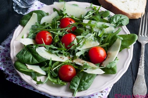Salata sa rukolom, spanaćem i čeri paradajzom / Salad with rocket salad, spinach and cherry tomatoes