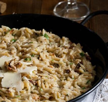 Orzo pasta sa mladim lukom / Orzo pasta with spring onions