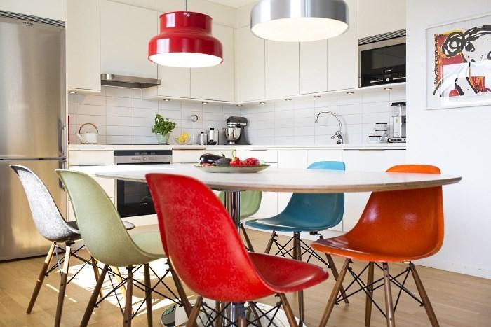 Белая кухня с яркими акцентами