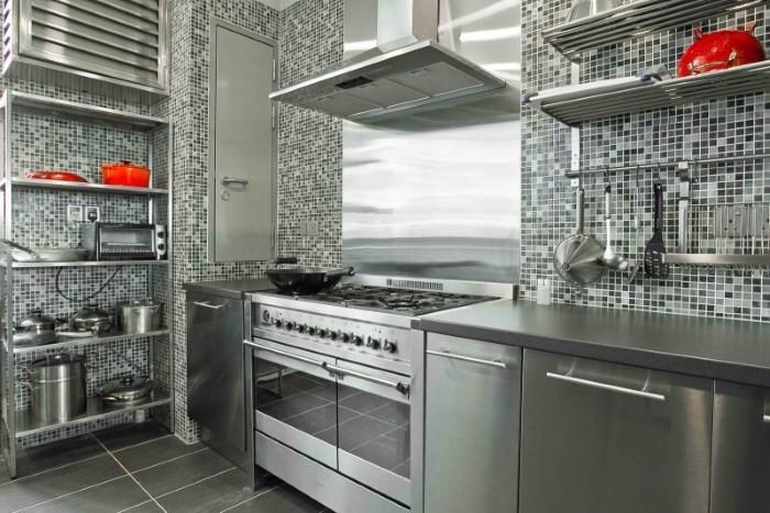 Кухня с отделкой из металлической мозаики